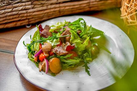 Салат с печеными овощами и языком