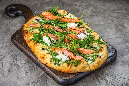 Пинса с лососем и рукколой
