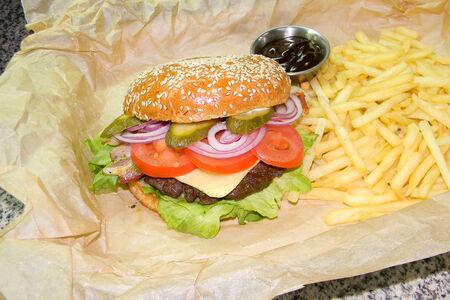 Бургер с говяжьей котлетой и картофелем фри