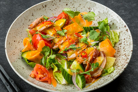 Салат с мясом утки и ананасом