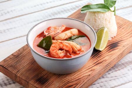 Суп Том Ям с креветкой и кальмарами