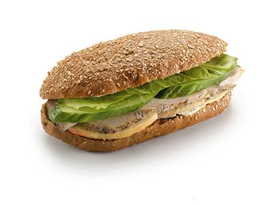 Сандвич на ржаном хлебе с индейкой и яблоком