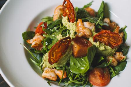 Салат с тигровыми креветками и муссом из авокадо