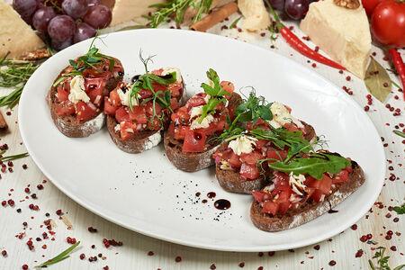 Брускетта с сыром Моцарелла и розовыми помидорами