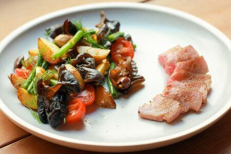 Салат с опалённым тунцом