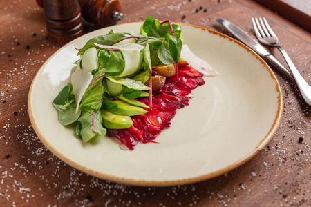 Салат с маринованной семгой и авокадо