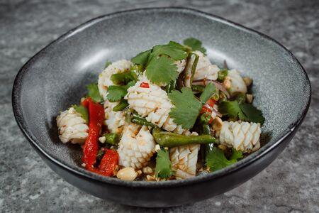 Тайский салат с кальмаром
