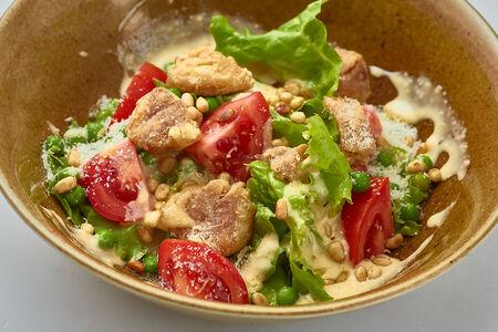 Салат с хрустящим бедром и пармезаном