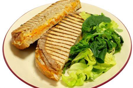 Сэндвич горячий с индейкой и миксом салатов