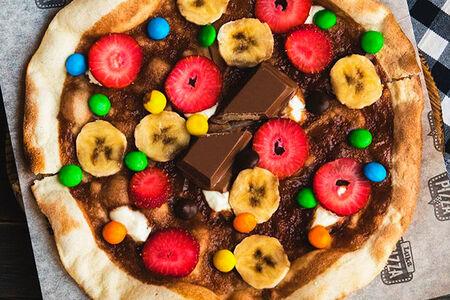 Пицца с шоколадом и фруктами