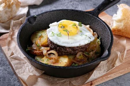 Бифштекс с картофелем и яйцом