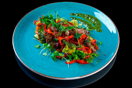 Салат с ростбифом и соусом песто