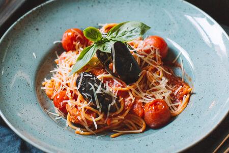 Спагетти с тигровыми креветками и мидиями в томатном соусе
