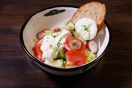 Салат Овощной с яйцом пашот