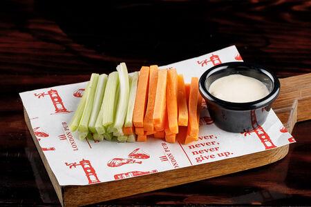 Овощные палочки с соусом блю чиз