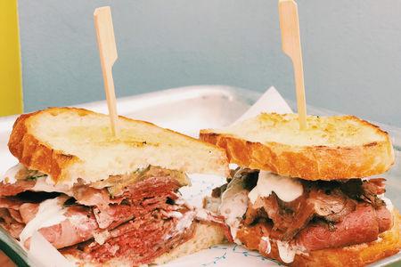Знаменитый сандвич с пастрами