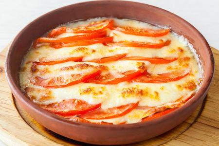 Сулугуни жареный на кеци с помидорами