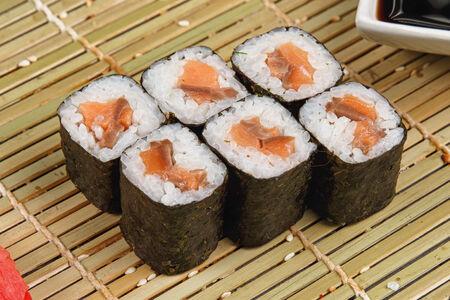 Классический ролл с лососем