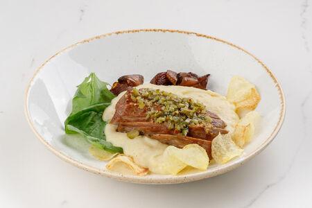 Свинина с картофельным пюре и шпинатом