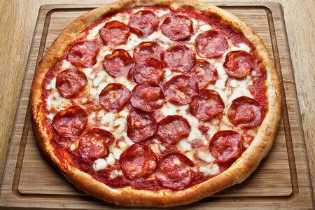 Пицца с острой салями