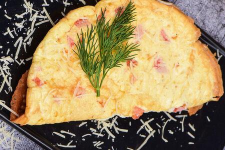 Омлет из трех яиц с сыром сулугуни