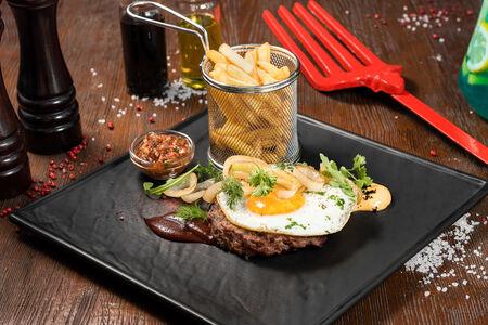Бифштекс из мраморной говядины с жареным яйцом
