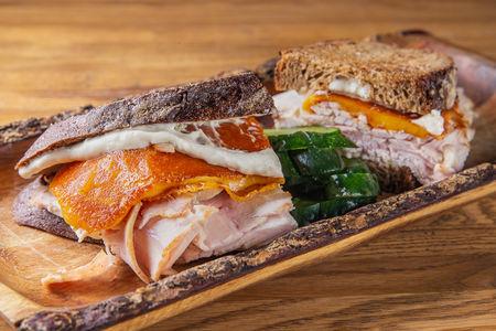 Тёплый сэндвич с индейкой и сыром Чеддер