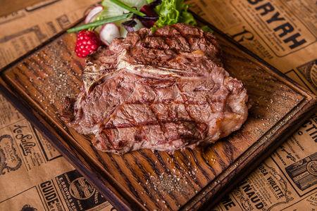 Ти-бон стейк из мяса фермерских бычков