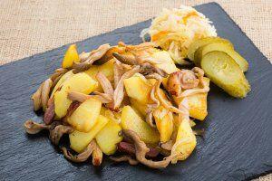 Картофель жареный, с вешенками и копченым салом