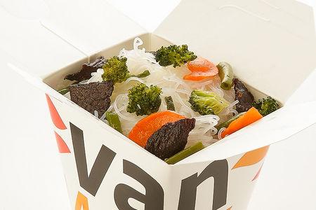 Рисовая лапша вок с говядиной и брокколи в соусе