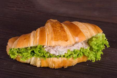 Круассан-сэндвич с тунцом