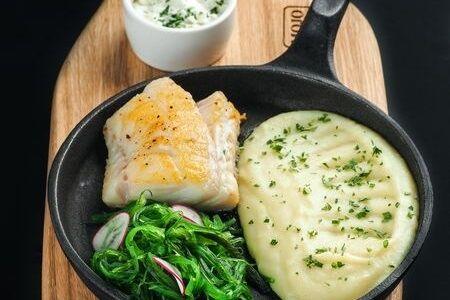 Треска с картофельным пюре и салатом чука