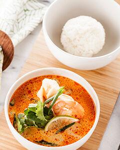 Суп Том Ям на основе кокосового молока с морепродуктами и шампиньонами, подается с белым рисом