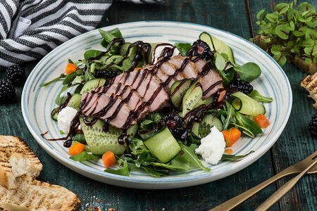 Салат с уткой и ежевикой