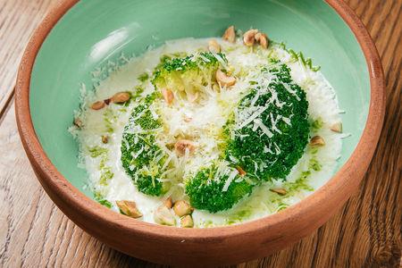 Брокколи на пару с сливочным соусом из печеных овощей