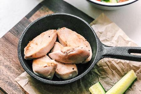 Куриное филе гриль с овощным салатом