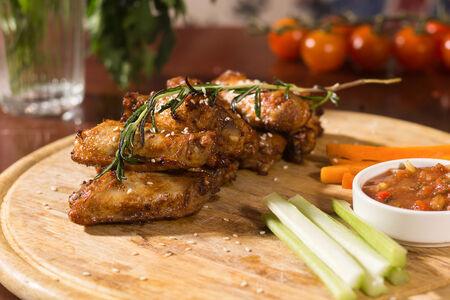 Куриные крылья с соусом сальса