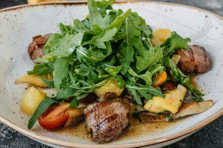 Теплый салат с телятиной на гриле