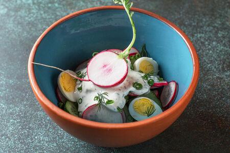 Салат дачника с перепелиными яйцами и мацони