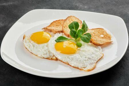 Яичница глазунья из двух яиц с крутонами