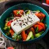 Фото к позиции меню Овощной салат с запеченной паприкой и брынзой