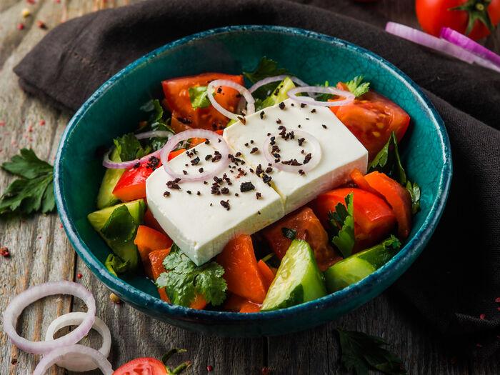 Овощной салат с запеченной паприкой и брынзой