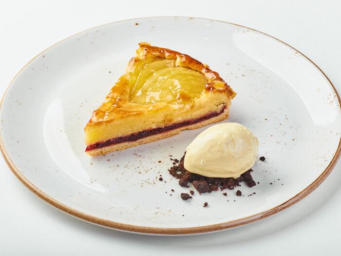 Горячий пирог с брусникой и грушей