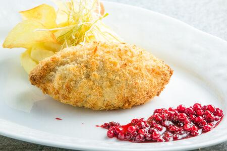 Котлета по-киевски с картофельным пюре и брусничным соусом
