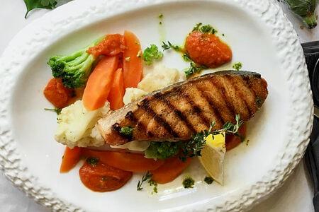 Стейк из лосося с брокколи и цветной капустой