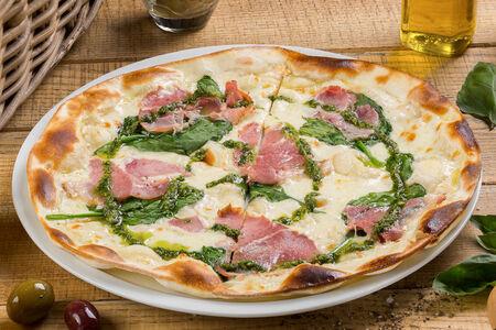 Пицца с копченым окороком и шпинатом