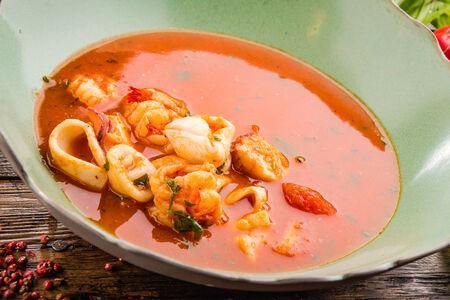 Томатный пикантный суп с морепродуктами