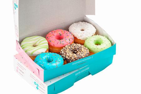 Две коробки пончиков