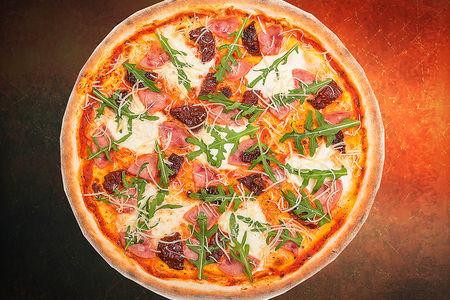 Пицца с вялеными помидорами