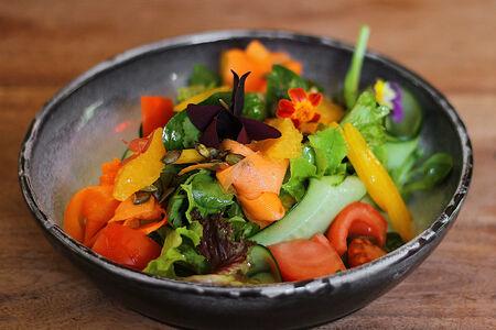 Салат из свежих овощей с апельсином